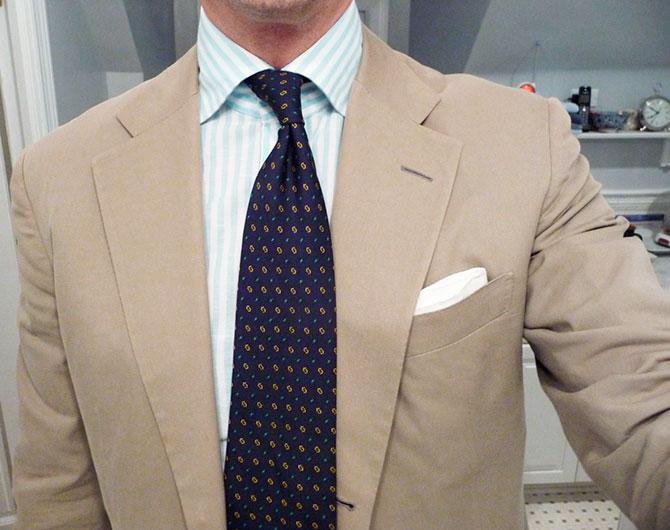 Рубашка в полоску и разноцветный галстук
