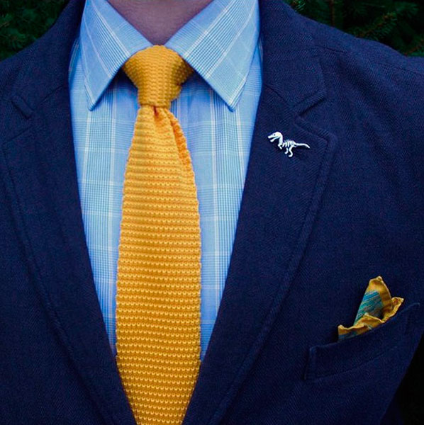 Голубая рубашка и желтый галстук