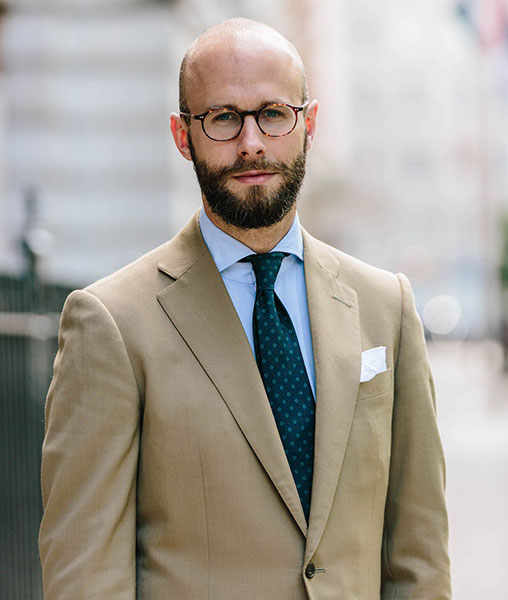 Голубая рубашка и зеленый галстук